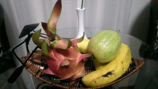 Signature Saigon Hotel : A nice touch in our hotel room. Very juicy local fruits for room guests to try.