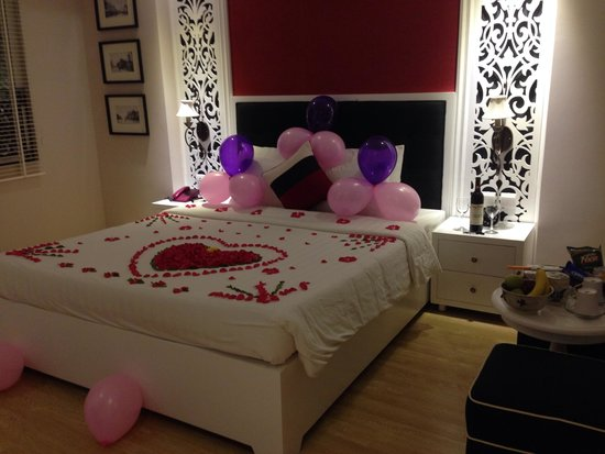 All the beautiful flower decorations on the bed that the for Bed decoration anniversary