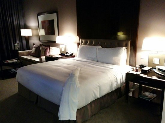Trump International Hotel & Tower Chicago: Bed and sofa area.