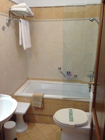 Adonis Hotel: Great bathroom (unusual for Greece)