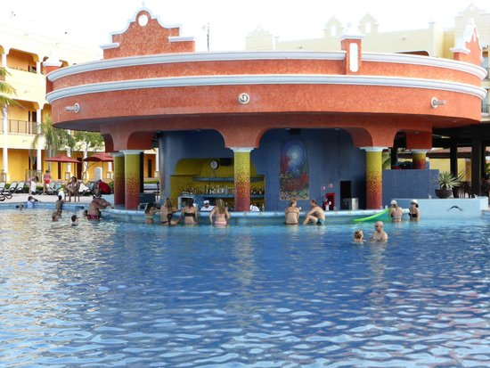 The Royal Haciendas All Suites Resort & Spa : Pool and swim up bar