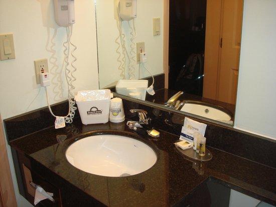 Days Inn & Suites Yellowknife : 洗面台とアメニティなど