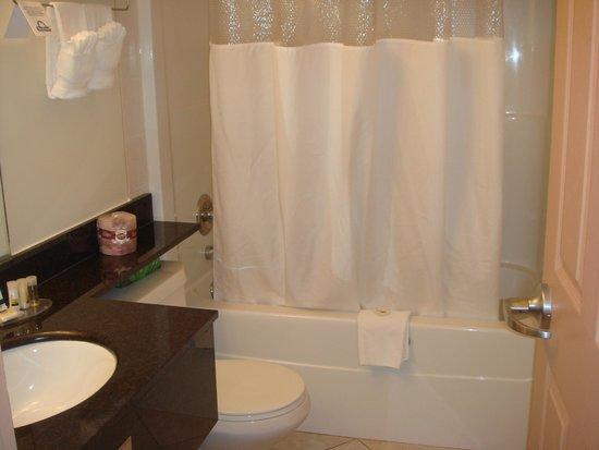 Days Inn & Suites Yellowknife: バスルーム
