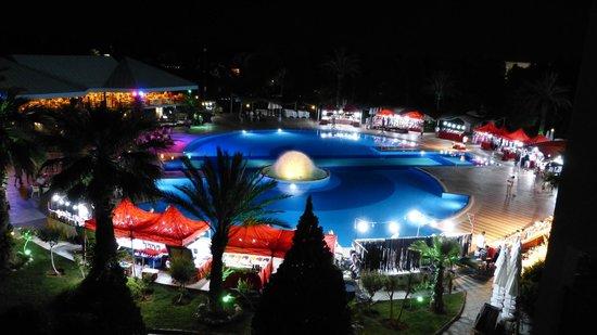 Le Jardin Resort : Petit marché de nuit autour de la piscine