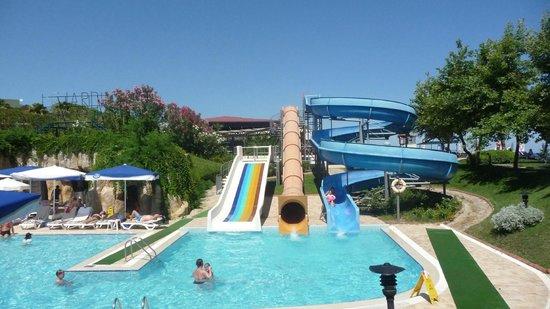 Le Jardin Resort: Toboggans de la piscine enfants