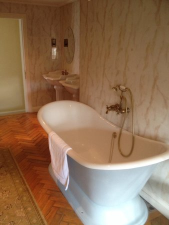 St Giles House Hotel: Large bath , plenty of room for to .