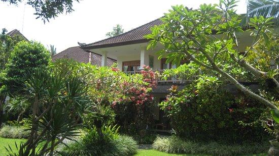 Sri Ratih Cottages: Номера снаружи