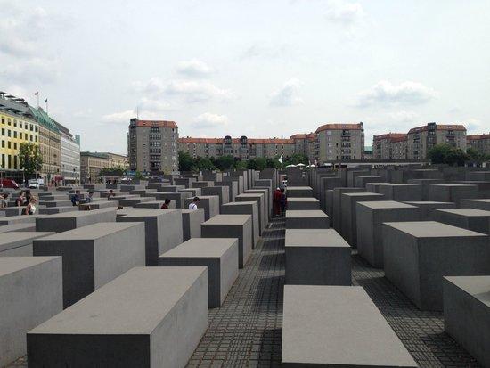 Holocaust-Mahnmal (Denkmal für die ermordeten Juden Europas): un labirinto riflessivo
