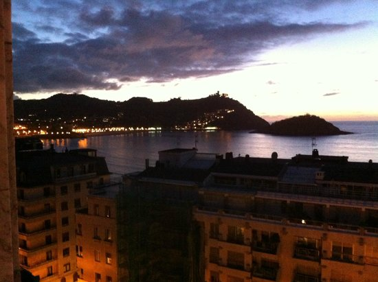 Tryp San Sebastian Orly Hotel: The night view was stunning