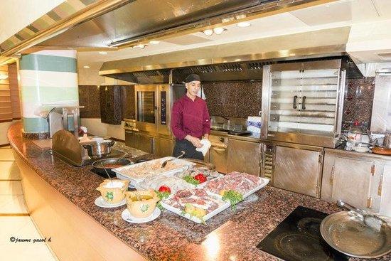 Hotel Volga: comedor, platos que hacen al momento y cocinero