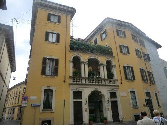 Gran Duca di York: Hotel frontage - Da Vinci museum to the left!
