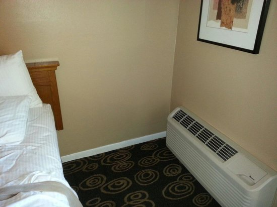 Regency Hotel Miami: The floor AC which is way to close to the bed and the vents are not adjustable.