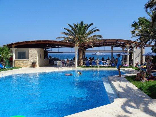 Eva Bay Hotel : basen i bar przy plaży