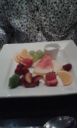 Mercure Peebles Barony Castle Hotel: Fruit platter for desert.