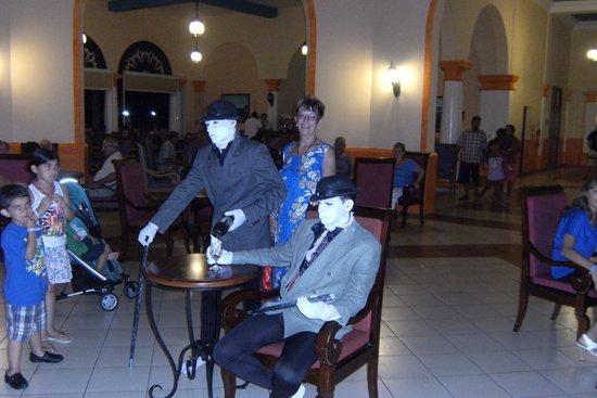Memories Varadero Beach Resort: Mimes at the hotel