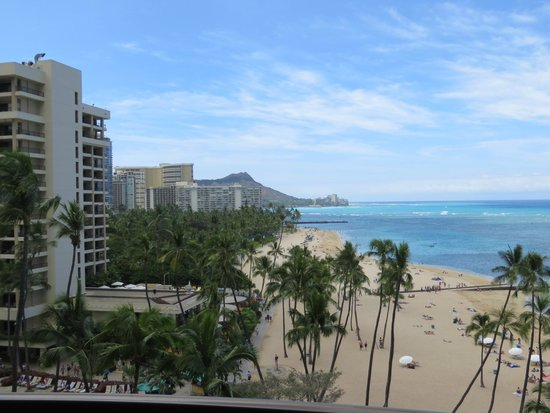Hilton Hawaiian Village Waikiki Beach Resort: Diamond Head and beach from our balcony