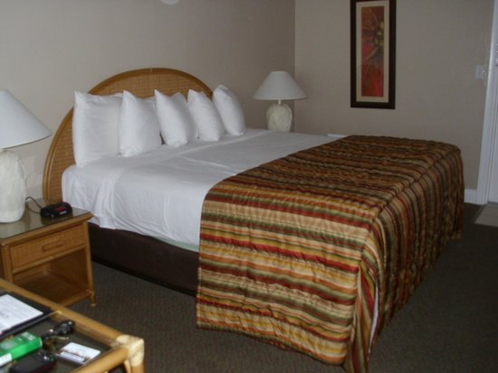 Outrigger Beach Resort: king size bed perfect