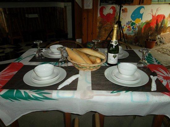Calibishie Sandbar: Dinning.