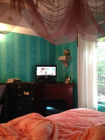 Blue Skies Inn: how you see the TV from your bed