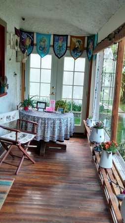 Alameda's Hot Springs Retreat: Enclosed porch area