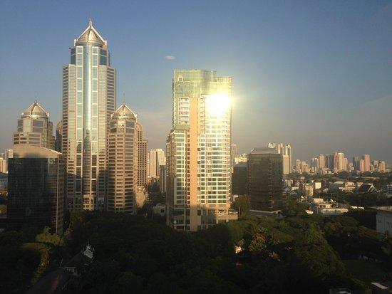 Centre Point Hotel Chidlom: Вид из окна люкса на вечерний Бангкок