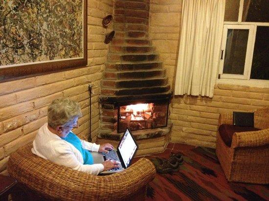 Las Palmeras Inn: Cool evenings, warm fire