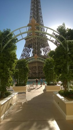 Paris Las Vegas : Entrance to pool area