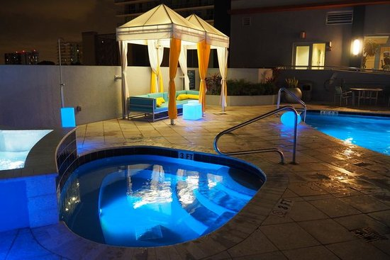 Hampton Inn & Suites by Hilton - Miami Brickell Downtown: Pool at Night