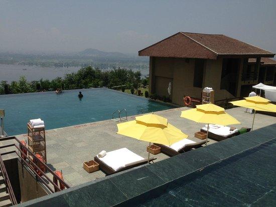 Vivanta By Taj Dal View : The gorgeous pool!