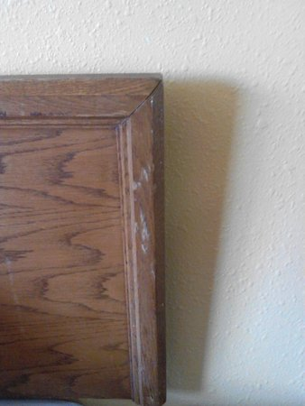 Cabrillo Inn & Suites Airport : Headboard Right