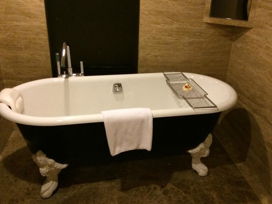 Hilton Beijing Wangfujing: Incredible bathtub!