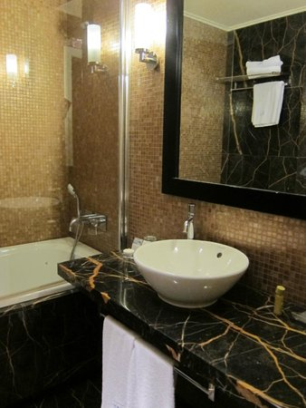 Eurostars Thalia Hotel: Bathroom - nice and spacious