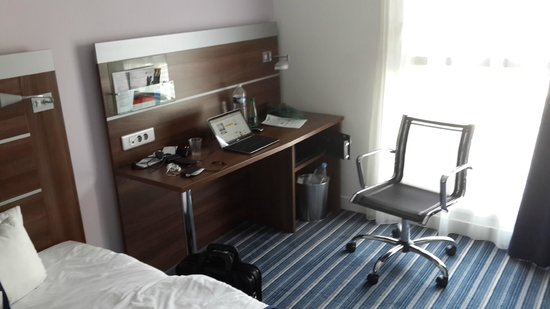 Holiday Inn Express Marseille-Saint Charles : work desk