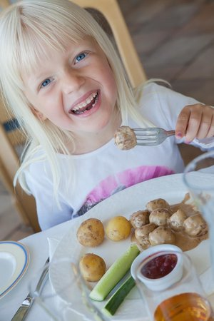 Hotel Gyllene Uttern: Maria koser seg med svensku kjøttbullar