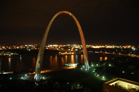 City Place St. Louis Downtown Hotel : Nighttime view from the outdoor viewing lounge