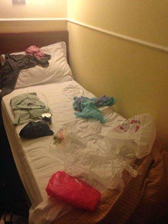 Hotel Virgilio: Pequeña cama (mientras preparaba maletas) Se ve llena con tres cosas encima.
