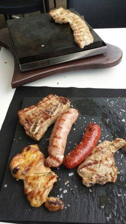 Can Cervera by La Croqueta : Parrillada de carne a la piedra, impresionante