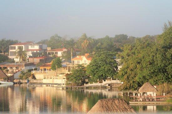 Foto de hotel laguna bacalar bacalar surrounding laguna for Villas wayak bacalar