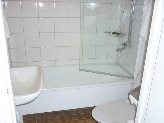 Park Inn by Radisson Solna : Bathroom - that door never kept the water in!  Floor was always wet.