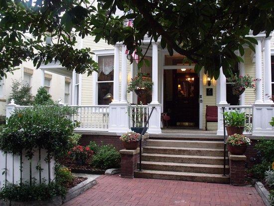 Azalea Inn & Villas: Entrance to Azalea Inn and Gardens