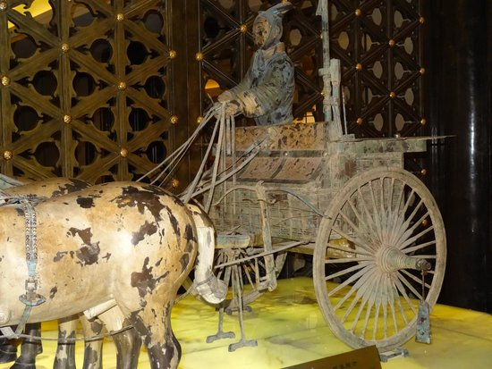 Hilton Xi'an: copy of archer's bronze chariot in lobby