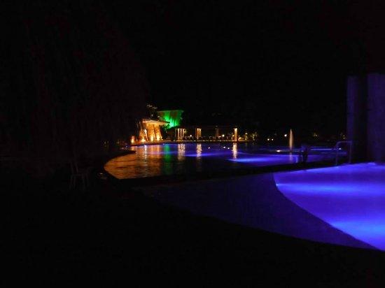 Grand Sirenis Riviera Maya Resort & Spa: grand pool at night