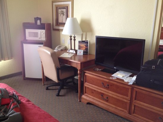 Country Inn & Suites By Carlson, Port Canaveral: small fridge and microwave in room