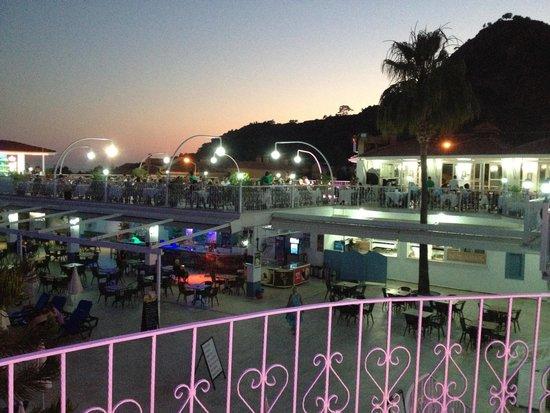 Karbel Hotel: Karbel at night