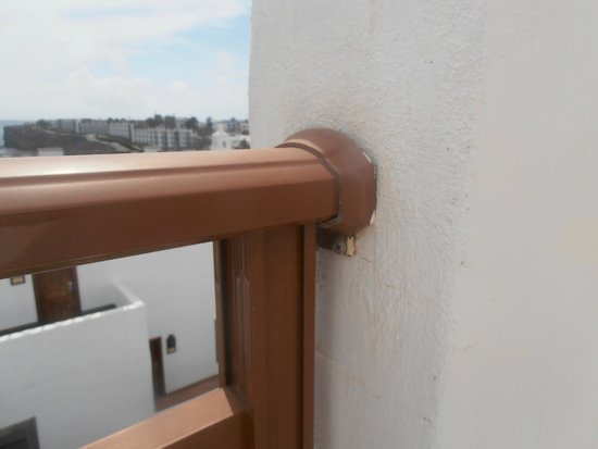 Gran Castillo Tagoro Family & Fun Playa Blanca: The other side of the balcony was attached properly to plastic fence.
