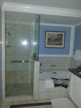 The Breakers: Oceanfront Suite Bathroom
