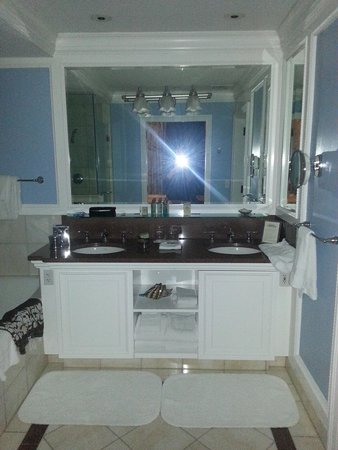 The Breakers: Oceanfront Suite Bathroom