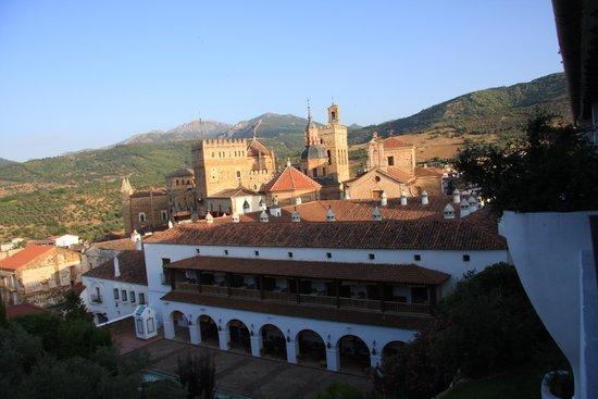 Parador de Guadalupe : El Parador y el Monasterio desde la hab. 208
