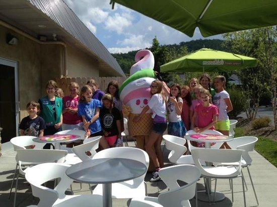 Menchies Frozen Yogurt : Girl Scouts at Menchies