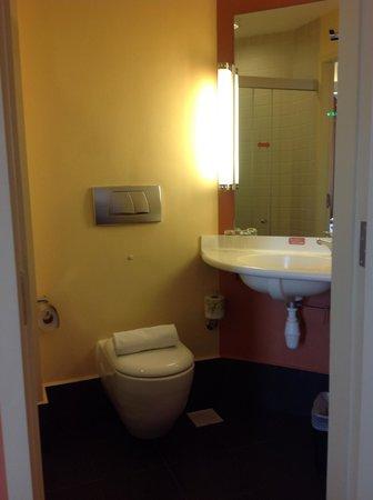 Ibis Singapore on Bencoolen: Bathroom